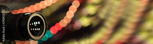 Photo Obiektyw aparatu cyfrowego i odbite kolorowe światła.