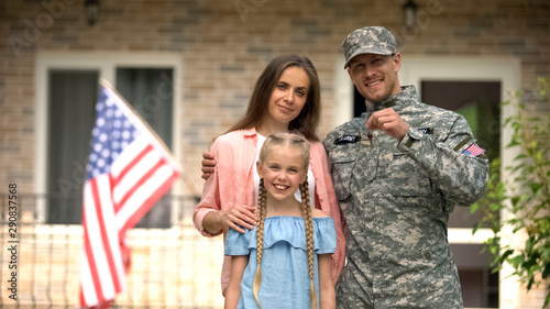 Canvastavla  US military man with family showing keys from house, benefits in crediting