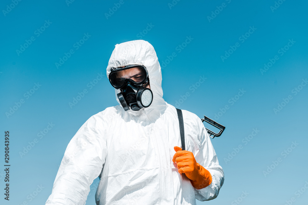 Fototapety, obrazy: exterminator in white uniform and latex glove holding spray