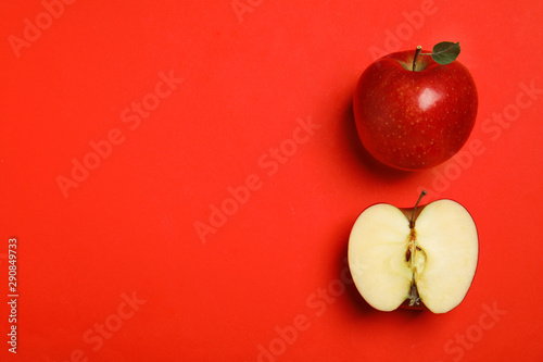 Flat lay composition with ripe juicy apples on red background, space for text Canvas-taulu