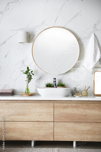 Modern bathroom interior with stylish mirror and vessel sink Fototapete