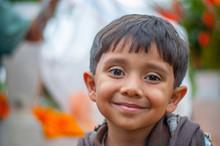 Niño Latino  Con Piel Morena Sonriendo Y Feliz, Ojos Grandes