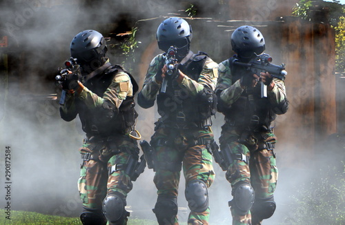 Fotografía Special force assault team in a mission with smoke screen in background