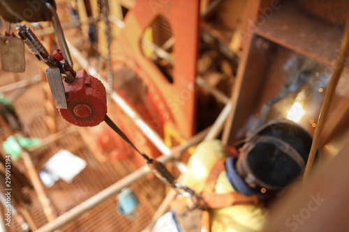 Photo Top view welder wearing safety helmet fall arrest harness using fall prevention