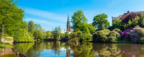 Fotografía View of the pond and St. Lamberti Church of Oldenburg, Germany.