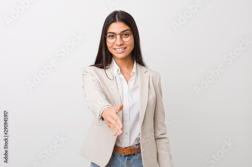 Fotografía  Young business arab woman isolated against a white background stretching hand at camera in greeting gesture