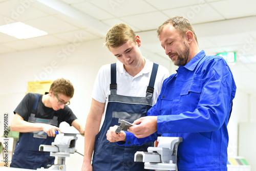 Vászonkép  Berufsausbildung im Handwerk - Ausbilder und Lehrling in der mechanischen Werkst