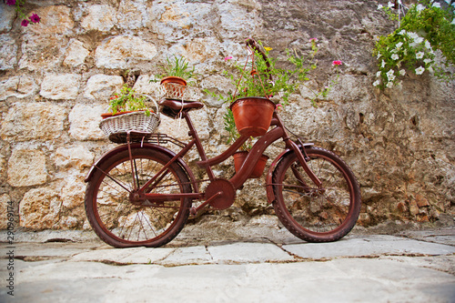 Türaufkleber Fahrrad Vintage bicycle with a basket of flowers near the brick wall