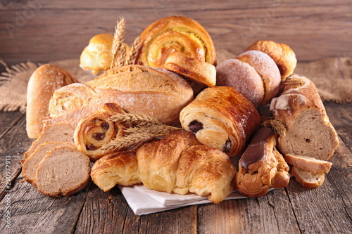 Fotografia assorted of pastry- croissant, chocolate pastry and bread