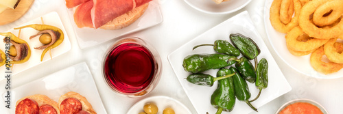 Photo Spanish tapas and wine, an overhead panoramic shot of a variety of snacks