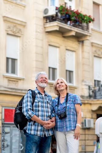 Fotografia Happy senior couple of tourists sightseeing a city