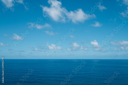 Fotomural  blue sky with clouds over water - ocean horizon , sea background -