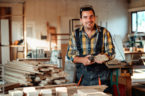 Photo Portrait of carpenter posing for the camera in his workshop