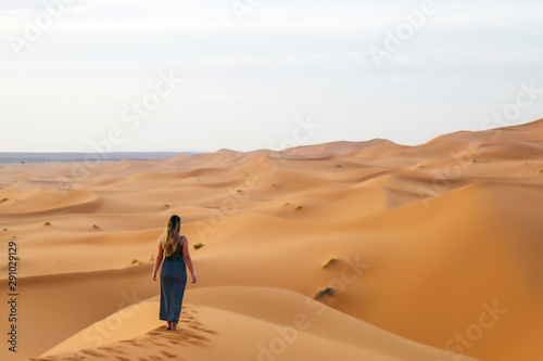 Young attractive woman enjoying the desert dunes Tableau sur Toile