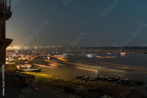 Foto auf Gartenposter Stadt am Wasser Long exposure vessels floating on water of Ganges river near shore