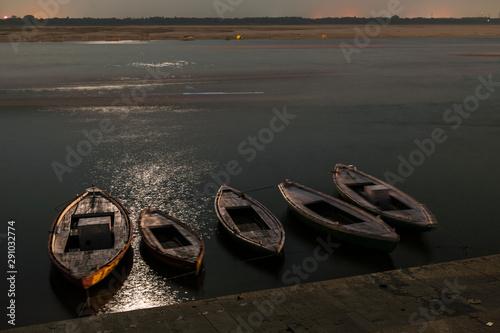 Poster Ville sur l eau Long exposure vessels floating on water of Ganges river near shore