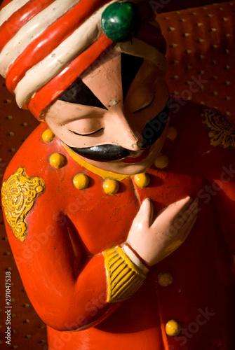 Foto op Canvas Historisch mon. Statue of Rajasthani waiter in restaurant entrance