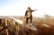 Geschäftsfrau fliegt auf Rakete Richtung erfolgreicher Zukunft