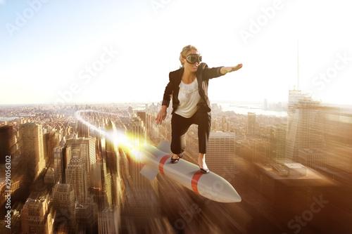 Fotografie, Obraz Geschäftsfrau fliegt auf Rakete Richtung erfolgreicher Zukunft