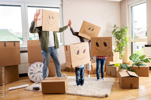 Obraz Moving in family party with boxes - fototapety do salonu
