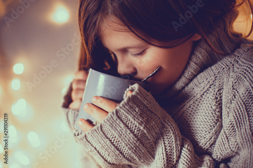 Cadres-photo bureau The girl child in sweater with cup, cozy , toning