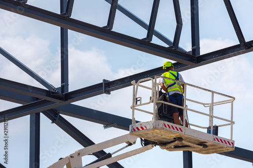 Photo Professional installation work on a construction building site