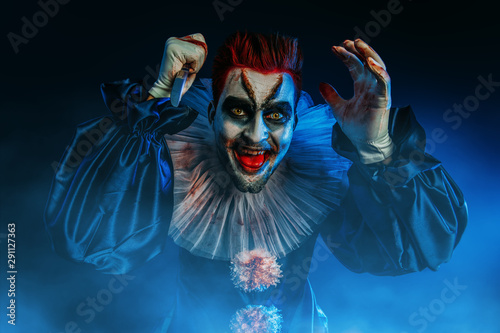 Ingelijste posters Halloween crazy clown with a knife