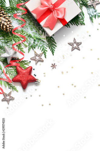 Pays d Asie Christmas background, green pine branches, cones and gift box on white background. Creative composition with copy space, top view. New Year's holiday, christmas.
