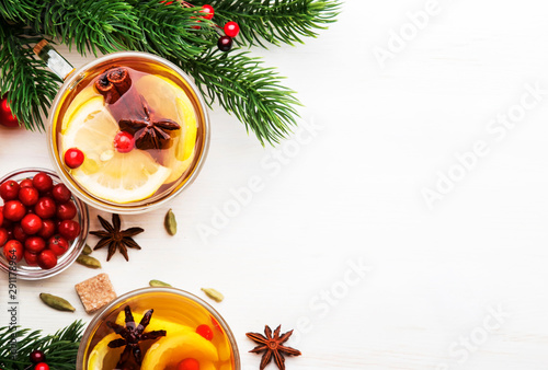 Poster Pays d Asie Winter hot tea with lemon, cranberries and spices for Christmas or New Year evening, white background, copy space, top view