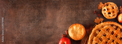 Fotografía  Homemade autumn apple pie corner border banner