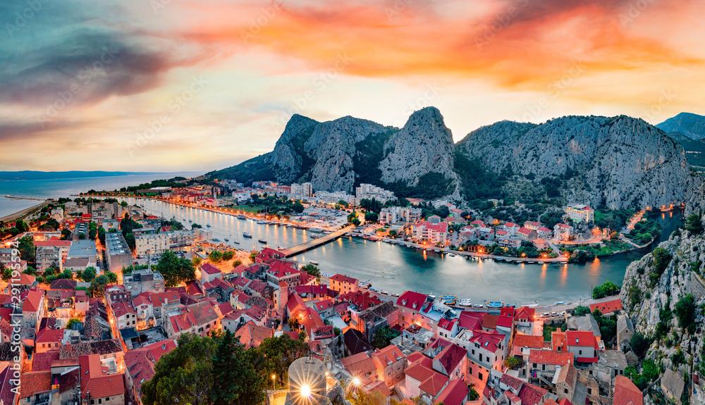 Fototapeta Impressive summer sunset in Omis city. Fantastic evening seascape of Adriatic sea, Dalmatia coast, Croatia, Europe. Beautiful world of Mediterranean countries.