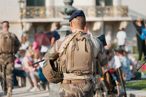 Fotografia An unidentified Man in military uniform and with a military weapon patrolling the streets of the city during a public event