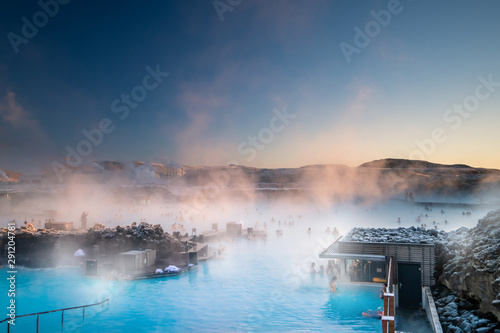 Foto Beautiful landscape and sunset near Blue lagoon hot spring spa in Iceland