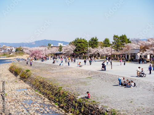 Photo  Tourists on Nakanoshima Island, Kyoto, Japan