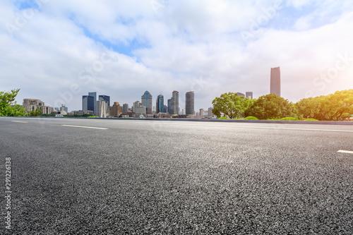 Foto auf AluDibond Shanghai Empty asphalt highway and city skyline with buildings in Shanghai,China.