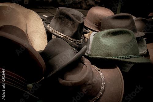 Foto op Canvas Paarden Sombreros clásicos antiguos de colores pardos