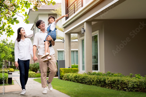 Foto  Beautiful family portrait smiling outside their new house