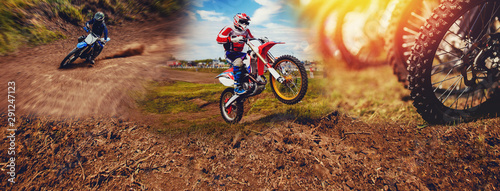 Fotografía  Banner rider on mountain dirtbike enduro participates in motocross, jumps on springboard against background dirt