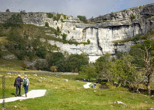 Fotomural The approach to the spectacular limestone cliffs of Malham Cove, one of the most