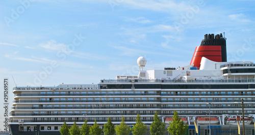 Heck und Aufbauten von klassichem Cunard Kreuzfahrtschiff Ozeanliner Queen Eliza Wallpaper Mural