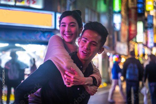 Fotografia  Happy japanese couple dating outdoors in Tokyo