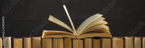 Fotografía  Open book, hardback books on wooden table