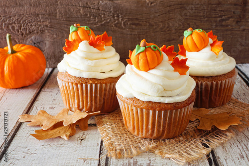 Fotomural Fall pumpkin spice cupcakes with creamy frosting and autumn toppings