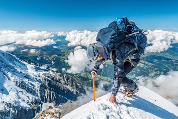 Ekstremni alpinist na velikoj nadmorskoj visini na planinskom vrhu Aiguille de Bionnassay, masiv Mont Blanc, Chamonix, Alpe, Francuska, Europa
