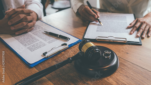 Valokuva Judge gavel with Justice lawyers deciding, consultation on marriage divorce between married couple and signing divorce documents on table