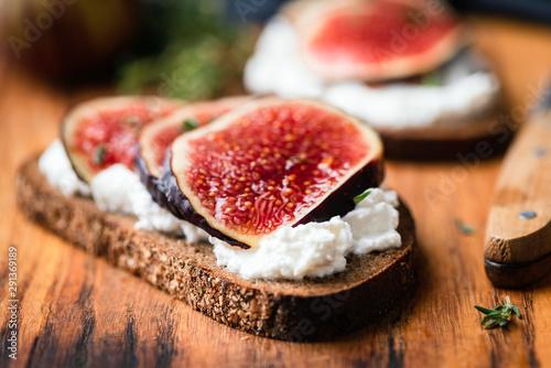Fig and ricotta rye bread toast Canvas-taulu