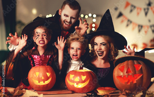 Fotografía  happy family mother father and children in costumes and makeup on  Halloween