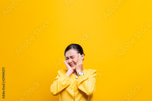 Obraz na plátně  Woman feel scared standing isolated over yellow background