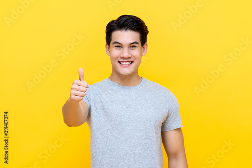 Photo Smiling Asian man giving thumbs up