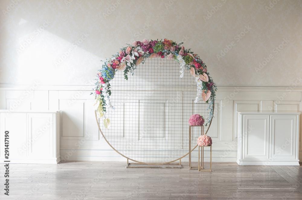 Fototapeta Laconic round wedding arch
